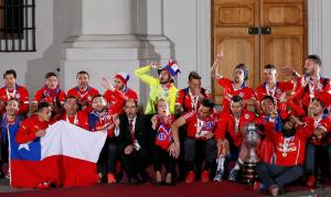 Chile's president Michelle Bachelet and Chile's national soccer team celebrates at the La Moneda presidential palace after Chile defeated Argentina to win the Copa America 2015 final soccer match in Santiago, Chile, July 4, 2015.  REUTERS/Rodrigo Garrido